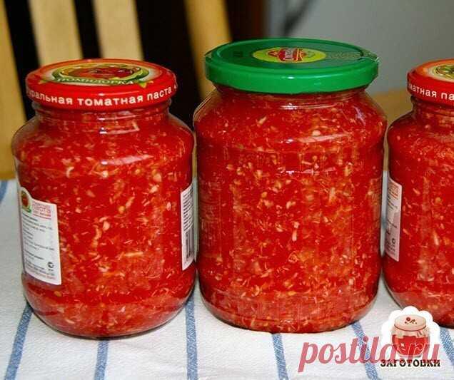 Хренодер – рецепт приготовления  1 кг красных спелых томатов 5 крупных корней хрена 6–7 штук болгарского сладкого перца 1 стручок острого перца 2–3 небольших головки чеснока 1 ст. ложка соли Все составляющие закуски тщательно промыть, очистить (в том числе помидоры) от кожуры, измельчить, добавить соль по вкусу. Получившуюся массу распределить по стерильным банкам и закатать. Закуска идеально дополнит блюда из мяса или рыбы.