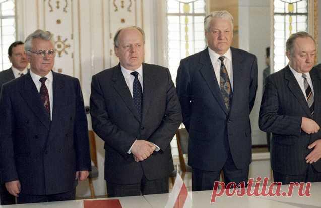 8 декабря 1991 года было остановлено сердце великой страны, не дотянувшей год до своего семидесятилетия. СССР не стало и многие винят в этом последнего советского лидера. Мы расскажем вам, почему развал СССР не дело рук Горбачёва: