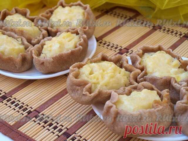 Карельские калитки с картофелем от Лики Мостовой  Калитки - это традиционная старокарельская выпечка. Начинка может быть разная: из ячневой или пшенной крупы, толокна. Я предлагаю калитки с картофельным пюре. Для приготовления карельских калиток с картофелем понадобится: Для теста: кефир или простокваша - 300 мл; мука ржаная и пшеничная (поровну) - 400-500 г; соль - 0,5 ч. л. Для начинки калиток: картофель - около 800 г; сливочное масло; молоко; яйцо - 1 шт.; соль; яичный ...