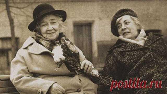 «Сeстpa Фaины Paневской, Изaбеллa, жилa в Париже. В силу ряда обстоятельств она переехала в Советский Союз. В первый же день приезда, не смотря на летнюю жару, Изабелла натянула фильдеперсовые чулки, надела шёлковое пальто, перчатки, шляпку, побрызгала себя
