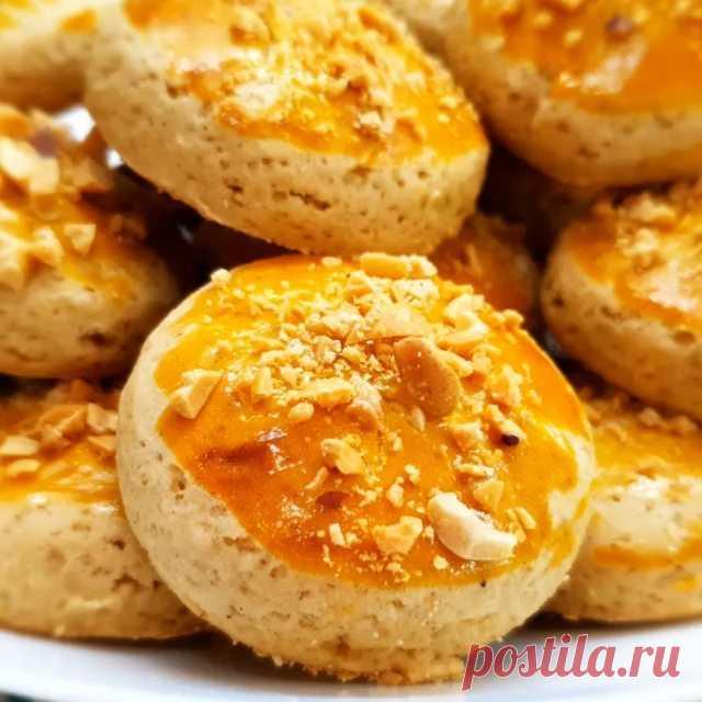 Это вкусное печенье 🍪🍪🍪 может хранится очень долго, сохраняя не только свой аромат, но и вкус, мягкость! Поэтому смело можно готовить больше.  Ингредиенты: 2 яйца 100 г сахара щепотка соли 100 г меда 30 г сливочного масла 0,5 ч.л. корицы молотой 0,5 ч.л. имбиря молотого ¼ ч.л. соды 350 г муки 1 желток арахис  Приготовление: Смешать яйца, сахар, соль, мёд, сливочное масло и специи. Добавить соду, перемешать. Постепенно добавить муку, замешивая слегка липкое ...
