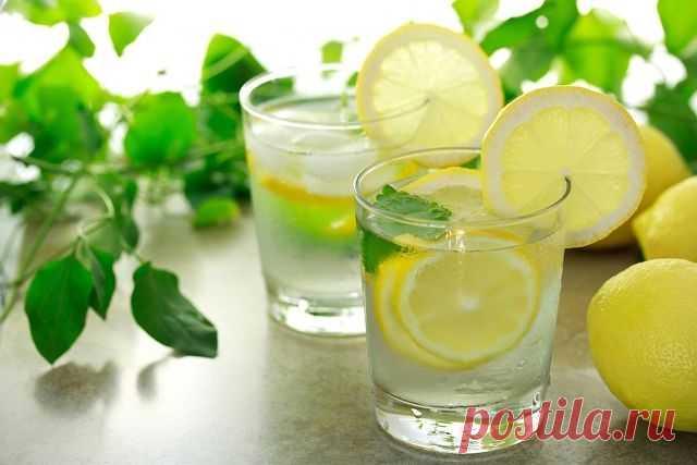 Начинаем свой день со стакана воды с лимоном  Гастроэнтерологи назвали 7 веских причин, по которым день следует начинать со стакана воды с лимоном.  Тебе понадобится всего 2 минуты на то, чтобы сделать этот «эликсир жизни», зато сколько пользы!  1. Ты укрепишь иммунную систему. Лимон богат витамином С и калием. Он стимулирует мозг и нервную систему, контролирует кровяное давление. 2. Напиток выровняет щелочной баланс, ведь лимонная кислота не повышает кислотность. 3. Ты бу...
