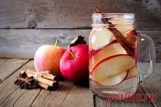 Яблочная вода с корицей - природный ускоритель метаболизма! Хороший  метаболизм- это залог идеальной фигуры.Рецепт детокс-напитка: 1 яблоко  тонко нарежьте, лучше брать ароматные сорта. 1 палочку корицы и ломтики  яблок поместите в кувшин