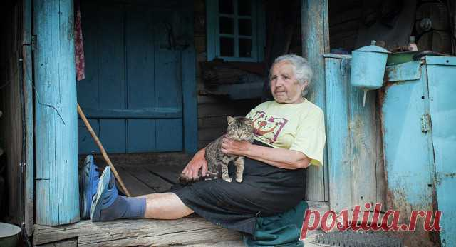 В деревне старушка осталась вдовой, И не с кем теперь поделиться бедой, А дети разъехались все по домам, Сказав между прочим