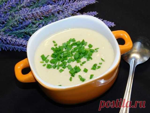 Сливочный суп-пюре с курицей и грецкими орехами  Ингредиенты:  Куриное филе — 300 г Лук репчатый — 1 шт. Морковь — 1 шт. Картофель — 2–3 шт. Грецкие орехи — 100 г Сливки 20% — 150 мл Специи — по вкусу  Приготовление:  1. Куриное филе отварите. 2. Добавьте в кастрюлю нарезанный картофель. 3. Отдельно обжарьте измельченные лук и морковь. Добавьте в кастрюлю к супу. Проварите все вместе до готовности картофеля. 4. Отдельно обжарьте грецкие орехи. 5. В чашу блендера выложите в...