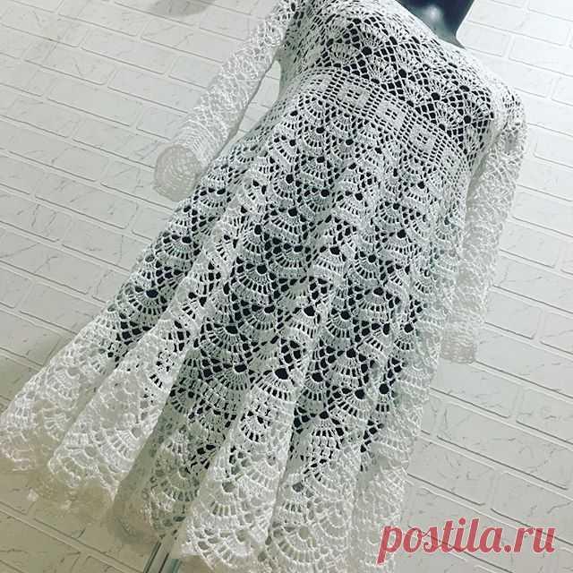 Мне безумно нравится эта модель! Простая и нарядная одновременно, свободного кроя, не стесняющее движений платье. Лёгкое и воздушное, универсальное. Обязательно свяжу и себе такое же! Попробую завтра на себе сделать фото. #вязаниекрючком #вяжутнетолькобабушки #вязаноеплатье #бохоплатье #crochetlove