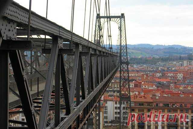 «В этом и заключается главная особенность Бискайского моста — это настоящий летающий паром, причем первый на планете. Сооружение было построено еще в 1893 году и действительно стало сенсацией.» — карточка пользователя tania.g2018 в Яндекс.Коллекциях