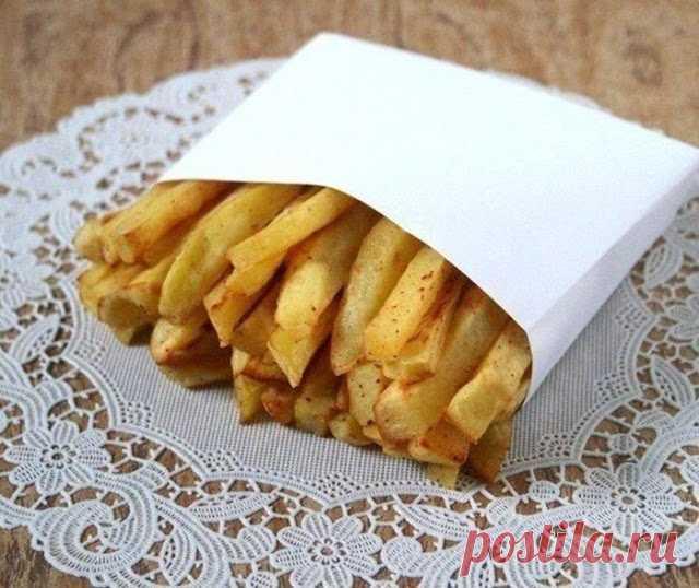 Картошечка фри без масла    Ингредиенты:  Картофель молодой — 5–7 шт.  Яичный белок — 2 шт. Соль — по вкусу Паприка сладкая молотая — по вкусу Перец чёрный молотый — по вкусу  Приготовление:  1. Картофель очистить, нар…
