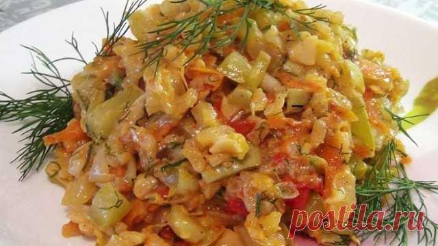 Шикарное легкое диетическое блюдо — самые вкусные тушеные кабачки с рисом  Необычный рецепт из простых ингредиентов  Ингредиенты:  кабачок — 2 штуки; рис — 1,5 столовые ложки; помидор — 1 штука; морковь — 1 штука; чеснок — 2 зубчика; репчатый лук — 1 штука; соль — по вкусу; черный молотый перец — по вкусу; укроп; сметана — 2 столовые ложки (по желанию). Самые вкусные тушеные кабачки с рисом. Пошаговый рецепт  Для начала подготовим кабачки. Кабачок нужно помыть, отрезать вс...