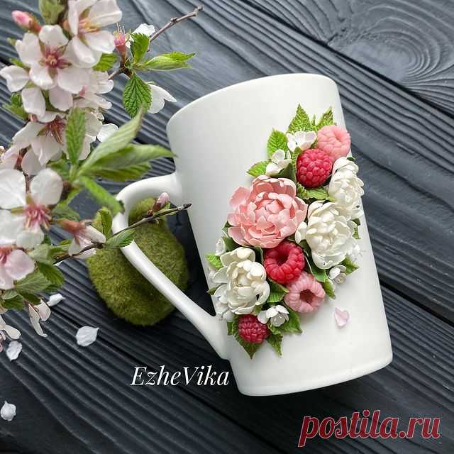 Photo by Посуда с декором ручной работы on May 05, 2021. May be an image of 1 person, cake, prairie gentian, rose and text that says 'EzheVika Ezhe'.