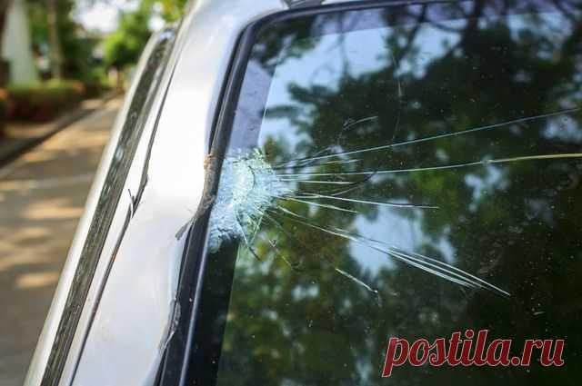 Зарегистрируют ли в ГИБДД машину с треснувшим зеркалом и ветровым стеклом? Нередко на подержанных автомобилях встречаются повреждения на стеклах и зеркалах. Какие проблемы они несут и получится ли с этими «мелкими неисправностями» завершить сделку купли-продажи?