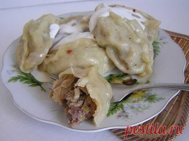 """Вкусное блюдо из фарша в тесте """"Колдуны"""" Надо взять: Картофель — 1 кг  Фарш мясной (свинина-говядина) — 250 г  Лук репчатый (луковица большая) — 1 шт  Сухари панировочные — 4 ст. л.  Яйцо куриное — 2 шт Мука  Сыр (твердый) — 100 г  Масло растительное — 50 г  Соль Перец  Приготовление:  Картошку отварить в мундире до готовности в подсоленной воде. Дать немного остыть, почистить.  Натереть на крупной терке.  Пока варится картофель, луковицу мелко порезать, обжарить на рас..."""