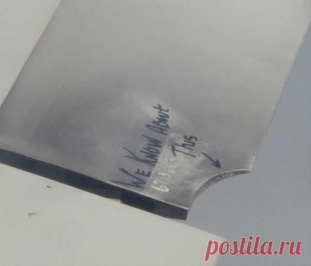 Успокаивающая записка на крыле самолета (3 фото)