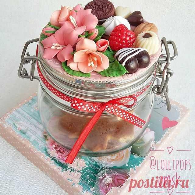Цветочная банка с конфетами и печеньем для тех, кто любит всё и сразу😊 Рекомендуется хранить в ней ароматные сладости или другие приятные сердцу мелочи☺🍭🍬🍒