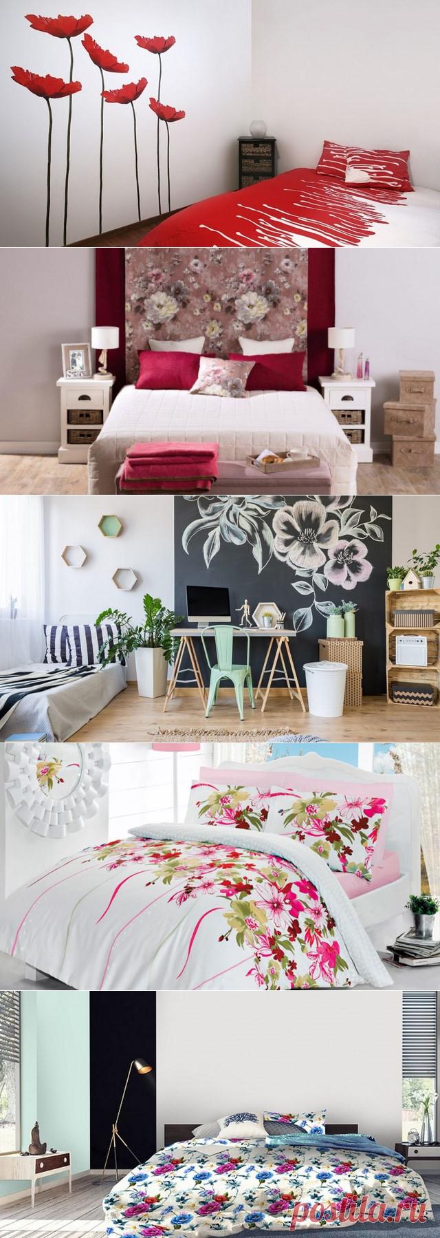 Интерьер спальни с цветами на стене и не только
