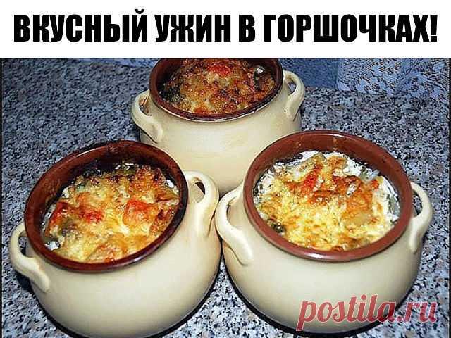 Картофель с мясным фаршем и плавленным сыром в горшочках, настолько вкусное блюдо, что просто нет слов.   Ингредиенты:  (на 3 горшочка по 0,5 л): Картофель – 9-10 шт. Мясной фарш – 300 г Плавленный сырок – 2 шт. Молоко – 1,5 стакана  Перец сладкий – 1 шт.  Способ приготовления:  Отваренный до полу готовности картофель обжарить на сковороде, нарезать кубиками перец,слегка обжарить фарш, выложить картофель в горшочки,выложить слой фарша, выложить слой перца,на самый верх пол...