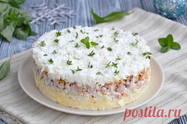 САЛАТ «СНЕЖНАЯ КОРОЛЕВА»  Салат изумительный и вкусный. Нежный слоеный салат с крабовыми палочками и ветчиной. Он сверху украшен яичными белками и будет красиво смотрится на Новогоднем столе.  Ингредиенты: ветчина 200 г крабовые палочки 250 г сырки плавленые 2 шт. лук 1 шт. яйца 6 шт. яблоко кисло-сладкое 1 шт. майонез 350 г арахис 100 г соль ,перец по желанию  Маринад для лука: сахар 1 ч. л. вода 2 ст.л. соль 0,5 ч.л. уксус 2 ст.л. Салат рассчитан на форму диаметром 18 см...