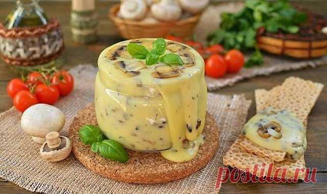 Обожаю плавленый сыр, но знаю, что в магазине сделан он из всякой ерунды. Решила как-то попробовать сделать сыр сама.  Перепробовала много рецептов, но вот этот рецепт домашнего сыра оказался самым вкусным и на удивление самым простым. Проще рецепта не встречала.  Плавленый сыр получается однородным, без комочков с нежной текстурой и с приятным сливочным вкусом. Я добавляю в него разные добавки и получаю новый вкус. В этот раз решила добавить укроп, а можно и ветчину, гриб...