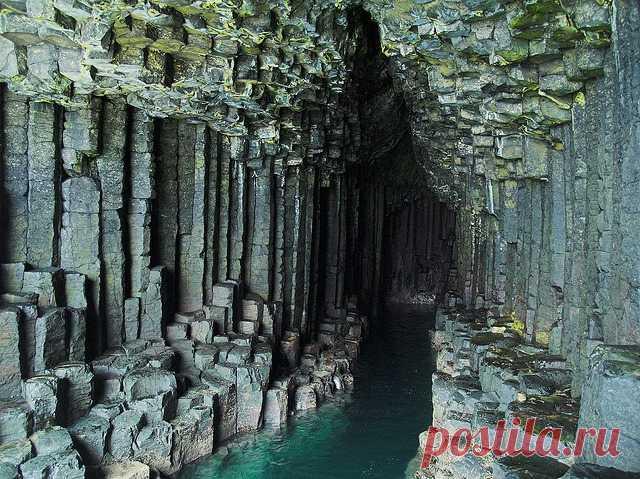 Фингалова пещера на острове Стаффа. Входит в состав одноимённого шотландского заповедника. Ее стены составлены из вертикальных шестигранных базальтовых колонн глубиной 69 метров и высотой 20 метров. Протяжённость Фингаловой пещеры – 113 м, максимальная ширина её входа составляет 16,5 метров.