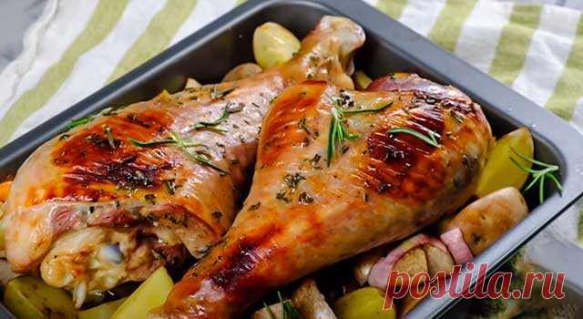 Голень индейки, запеченная в духовке: 7 рецептов как вкусно приготовить индюшиную голень Самые вкусные рецепты приготовления голени индейки в духовке: в фольге, в рукаве, с овощами, с фруктами. Голень, фаршированная сухофруктами.