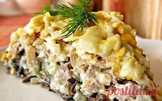 Фирменный салат минского ресторана «Орландо»  Он станет традиционном угощением на каждом вашем праздничном столе!  Салат выкладывается слоями по порядку:  1 слой - обжаренные в масле, мелкопорезанные грибы (желательно шампиньоны) - 500 г (при жарке немного посолить)  2 слой - соленые огурцы (порезанные мелким кубиком) - 2-3 в зависимости от размера огурцов (можно даже взять 4, если небольшие)  3 слой - отварной мелкопорезанный свиной язык - 3 шт. среднего размера  4 слой -...
