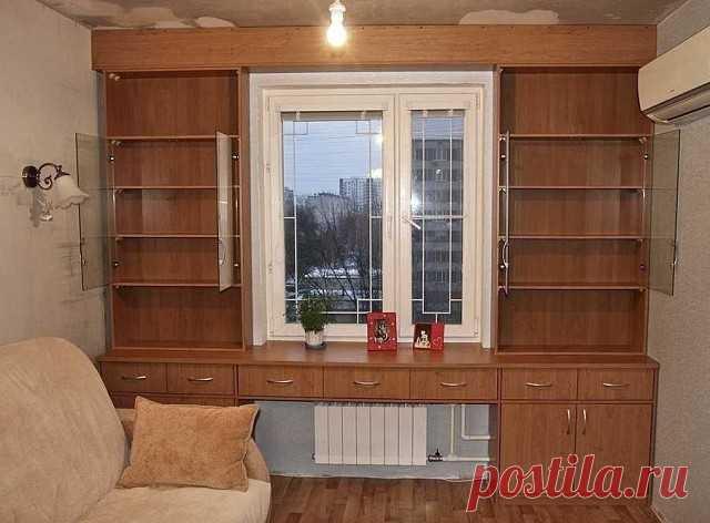 Шкафы вокруг окна, это удобно и экономит пространство в комнате. А вам нравится такая идея?