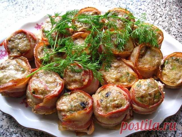 25 рецептов со свининой: 1. Свиные рулетики с грибами и сыром 2. Мясо по-купечески (с грибами) 3. Домашняя буженина 4. Запеченная свиная вырезка в беконе 5. Вкуснейший шашлык в духовке 6. Свиная отбивная в сливках 7. Запеченное мясо с корицей и приправами 8. Мясо по-французски с помидорами 9. Мясо по-французски в духовке 10. Свинина «Праздничная» 11. Мясо