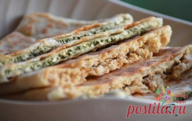 Как готовить:  1. Замесите тесто и уберите его на 30 минут.  2. Для мясной начинки обжарьте лук , пока он не станет мягким. Положите к нему фарш и тушите до готовности. Для сырной начинки размороженный шпинат припустите на сухой сковороде, чтобы жидкость испарилась и дайте ему остыть. Сыр натрите на терке и смешайте со шпинатом. Добавьте соли.  3. Подошедшее тесто разделите на 5 или 6 кусочков (у меня шесть).  Каждый кусок теста раскатайте так тонко, чтобы был виден рисуно...