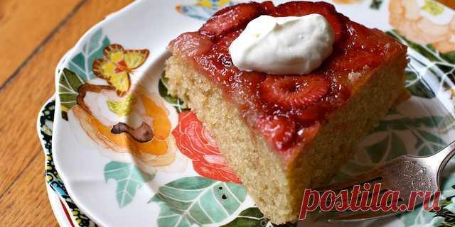 Перевёрнутый клубничный пирог с кардамоном В разгар сезона клубники нельзя не побаловать себя чудесным ягодным десертом. Рецепт этого ароматного нежного пирога настолько прост, что с ним справится любой, у кого есть духовка, миксер и стакан свежей клубники. Готовить его — одно удовольствие, а есть — другое!