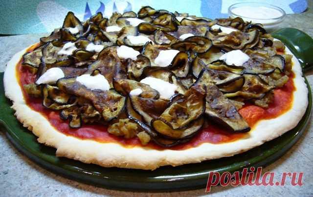 Пицца с томатным соусом и баклажанами   Foodbook.su Очень мне захотелось легкой пиццы после новогодних застолий! За основу я взяла рецепт Алессандры Аваллоне, которым она поделилась в своей книге. Очень вкусная пицца на хрустящем тонком классическом