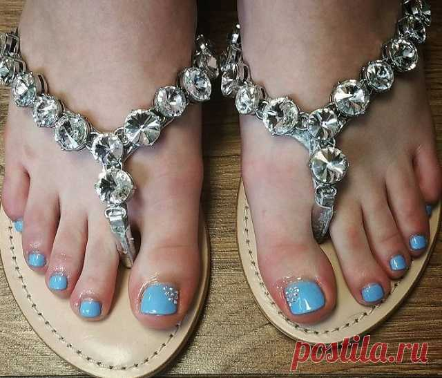 Ideal pedicure of the house to Try to catch enthusiastic eyes of men and at the same time is necessary to spend the fabulous sums for salons and masters or not opportunities. There is an alternative - a pedicure in house conditions.