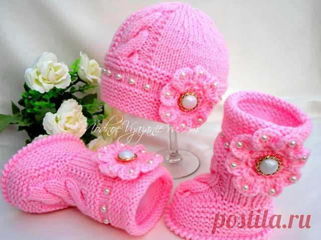Шапочка спицами с цветком и бусинками -  Модное вязание
