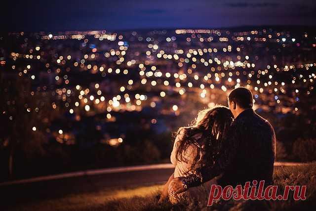 ༺🌸༻Город ночной гасит огни, Выключил свет и звук. Кажется, мы в мире одни, И никого вокруг. Стрелки часов в полночь замрут  Лишь на короткий миг. Взял нас в свой плен нежных минут  Этот подлунный мир. Настрой на нежность душу, Закрой глаза и слушай, И музыка закружит  Для нас с тобой. Пусть в жизни всё так сложно, К нам птицей осторожной  Влетит и крылья сложит Любовь. Лунная ночь, время любви, Медленных звёзд полёт. Новый рассвет не торопи,