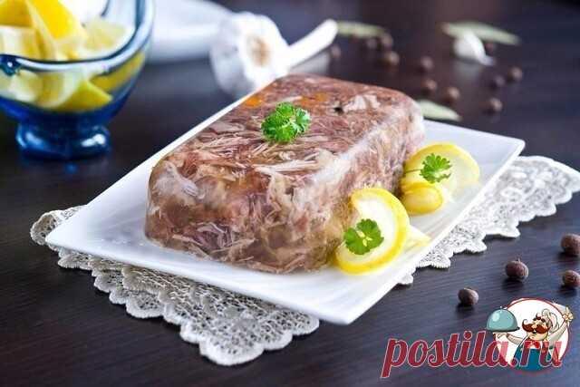 Холодец – традиционное новогоднее блюдо  Рецепт мясного холодца  Ингредиенты: Вода — 6 л Свиная голяшка — 1,5 кг Телячья голяшка и мякоть — 1,5 кг Морковь — 3 шт. Репчатый лук — 3 шт. Лавровый лист — 10 шт. Чёрный перец — 15 горошин Душистый перец — 15 горошин Соль — по вкусу Чеснок — 6 зубчиков Петрушка, укроп — по вкусу  Приготовление: 1. Доведите воду до кипения, положите мясо, уменьшите огонь.  2. Через 30 минут соберите пену, добавьте целую морковь, лук, лавровый лист...