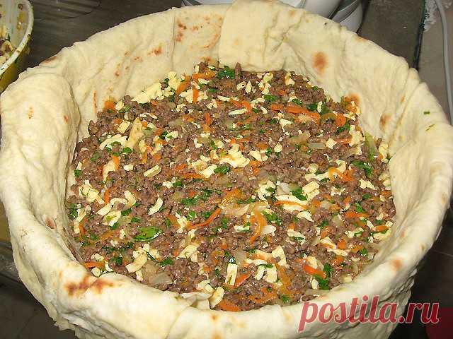 Мясной пирог из тонкого лаваша  Быстрый пирог из лаваша (и тесто ставить не надо!)  Пирог получается сочный и вкусный-вкусный Ингредиенты: • Лаваш тонкий • Мясо (Любое..или фарш) — 400 г • Морковь — 1 шт • Лук репчатый • Зелень • Кефир — 1,5 стак.   Яйцо — 1 шт • Сыр (твердый) — 200 г  Перемалываем мясо на комбайне..или пропускаем через мясорубку, обжариваем фарш Остывший фарш смешиваем с зеленью и тертым сыром  Форму выкладываем лавашем. Выкладываем лаваш с нахлестом на б...
