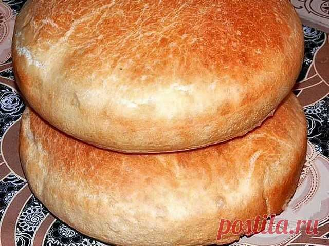 Хлеб домашний Ингредиенты: -вода тёплая 2,5 ст. (650 мл.) -сахар 1 ч.л. -соль 2 ч.л. -дрожжи сухие 2,5 ч.л. -мука чуть больше 1 кг.  Приготовление:  Замесить мягкое тесто, добавляя ингредиенты по одному, поставить в теплое место чтобы оно подошло. Как тесто хорошо поднялось, разделить на две равные части, одну часть положить в форму и дать тесту расстояться.  После выпекать при температуре 180 градусов примерно 30-40 мин. а вообще ориентируйтесь по своей духовке. Приятного аппетита!
