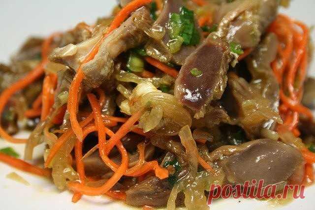 Куриные желудочки по-корейски Куриные желудочки по-корейски Делаю эту закуску на все торжества. Рецепт, можно сказать, фирменный, семейный. Отварить 1 кг почищенных курин. желудков до мягкости (примерно1,5 ч). Порезать соломкой. 2 крупные луковицы порезать […]