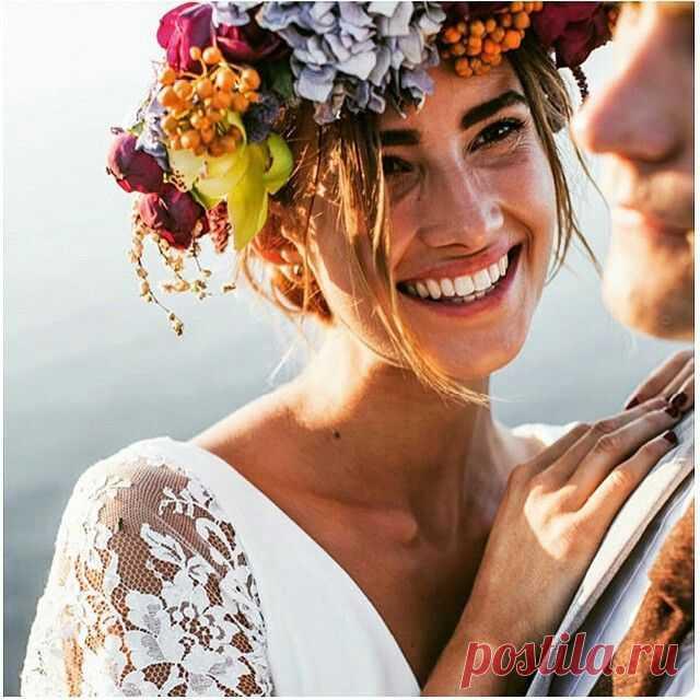 Свадебные прически с цветами: романтичный венок | WEDDING