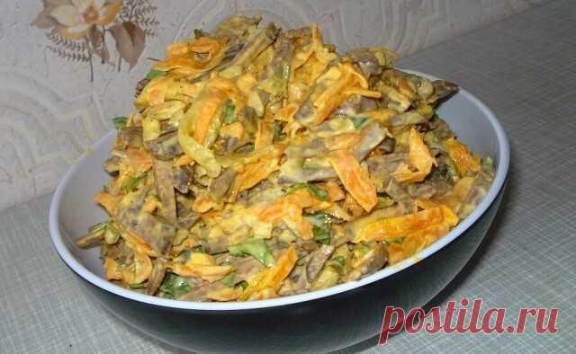 ПЕЧЁНОЧНЫЙ САЛАТ  ИНГРЕДИЕНТЫ:  0,5 кг говяжьей или телячьей печени  2 морковки  2 луковицы  3 средние соленые огурцы (200 г)  1 банка консервированного зеленого горошка  соль, перец, майонез по вкусу.  ПРИГОТОВЛЕНИЕ: Печень отварить в подсоленной воде, охладить и натереть на крупной терке.Лук порезать четверть кольцами, поджарить на растительном масле до прозрачности, добавить потертую на крупной терке морковь и потушить пока морковь не станет мягче. Снять с огня, охлади...