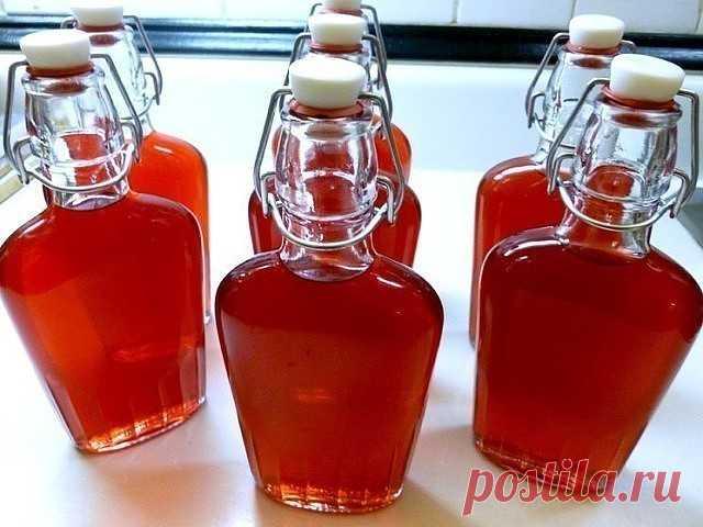 Клубничный ликёр Ингредиенты: Клубника — 0,5 кг Водка — 0,5 л Сахар — 250 г Лимон — ½ шт. Вода (фильтрованная) — 200 мл Приготовление: Клубнику промываем, удаляем плодоножки и режем пополам (если ягоды крупные, то можно и на четвертинки). Засыпаем клубнику в литровую банку и заливаем её водкой. При этом важно, чтобы все ягоды были покрыты водкой. Добавляем сок половины лимона. Банку отправляем на 7-10 дней на подоконник, желательно с солнышком. Затем настой нужно аккуратно...