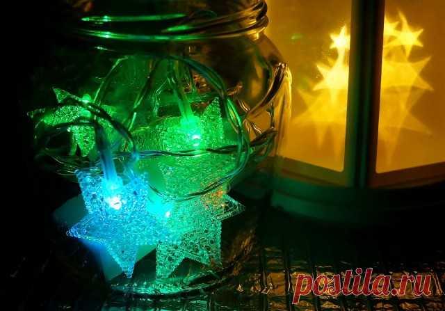 Вместо свечек, в баночки и бутылки не менее успешно размещаются гирлянды на батарейках.
