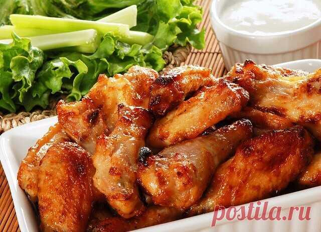 Мы собрали для тебя ТОП 5 маринадов для курицы   1) Курица в медово-горчичном соусе  1. Курицу (или индейку) отбить, посолить, поперчить. 2. Смешать 3 ст. л. меда и 4 ст. ложки дижонской горчицы (в зернах). 3. Курицу хорошенько обмазать этим маринадом и оставить на 40 минут при комнатной температуре. 4. После мясо можно обжарить на сковороде или гриле. Горчичные семена лучше снять, иначе они подгорят и могут горчить.  2) Курица с апельсиновым соусом  1. В миске смешать 1 с...
