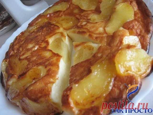 Творожно-яблочное чудо  Просто тает во рту... Ингредиенты:  2 яблока  2 ст.л. слив. масла  1 ст.л. сахара (если есть, то коричневый) Для теста:  250 г. творога  2 яйца  3 ст.л. сахара  щепотка соли  0,5 ст. сметаны  3 ст.л. муки (просеять) Приготовление: Очистить яблоки и порезать на дольки.Затем обжарить на сковороде (которую можно потом поставить в духовку) на сливочном масле.Посыпать сахаром. 5 минут с одной стороны и 3 мин. с другой Приготовить тесто и залить им яблоки...