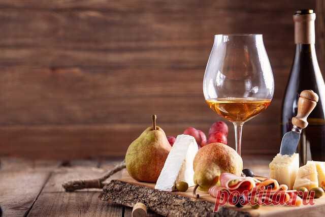 ༺🌸༻Как научиться разбираться в винах    1) Пейте различные вина    «Ни один эксперт не стал бы экспертом, если бы он пил только свое любимое вино. Экспериментируйте, будьте готовы пробовать новые вещи. Пробуйте вина по бокалам в барах и ресторанах, а не покупаете целые бутылки. Попробуйте вина из разных сортов винограда, из разных регионов и стран».    2) Сравнивайте вина    «Память запахов у человека вполне надежна, но, как и любой другой тип памяти, она склонна к ошибкам. В...