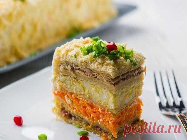 """ЗАКУСОЧНЫЙ ТОРТ """"НАПОЛЕОН""""  самый вкусный торт-салат  Получается очень вкусным, сытным и в меру влажным: каждый кусочек тает во рту. Сделанные из слоеного теста коржи после пропитки становятся невероятно нежными. Рыбная начинка отлично сочетается с яйцами и сливочным сыром. Морковь с чесноком добавляют закуске пикантности. В общем, хвалить можно долго, но лучше приготовить и попробовать: вам понравится результат.  Состав продуктов  один килограмм слоеного теста (бездрожжев..."""