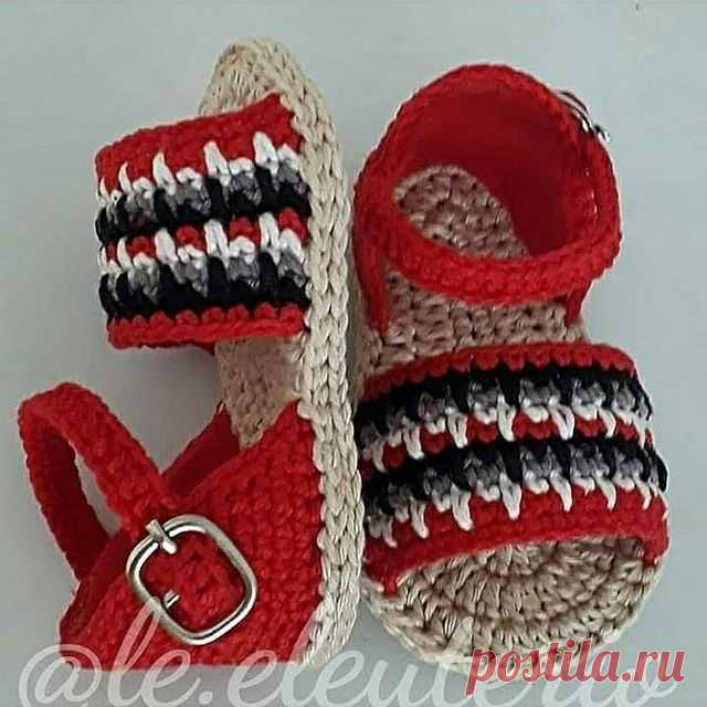 Photo by Lê Eleutério on June 13, 2021. May be an image of sandals, crochet and text.