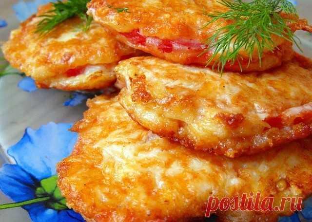 Помидоры в кляре Такие помидоры будут великолепной закуской к приходу неожиданных гостей. Делаются они быстро, а главное, получается очень вкусно! Ингредиенты: Помидоры — 3 шт. Сыра — 150 г Яйца — 2 шт. Сметана — 2 ст. л. Мука — 2 ст. л. Соль — по вкусу Перец — по вкусу Зелень — по вкусу Приготовление: 1. Томаты обдать кипятком и снять кожицу, нарезать не толстыми кружками 2. Делаем кляр. На терке натереть сыр. К нему добавить яйца, муку и сметану. Все это перемешать, посо...