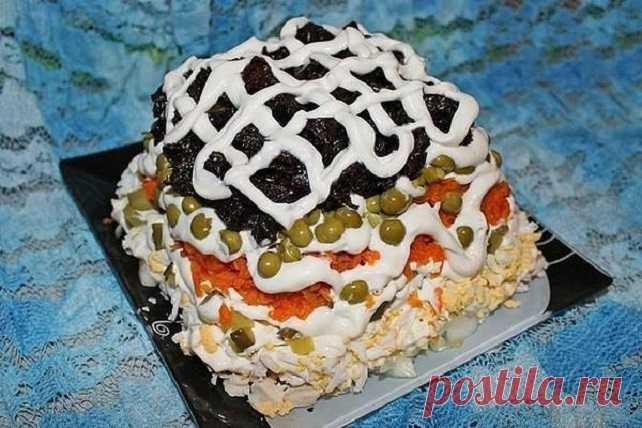Слоёный салат «Прага» с курицей и черносливом