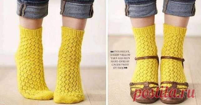 Желтые ажурные носки спицами со схемой и описанием вязания Интересные желтые носочки желтого цвета с пяткой укороченными рядами. Подробная инструкция со схемой вязания.