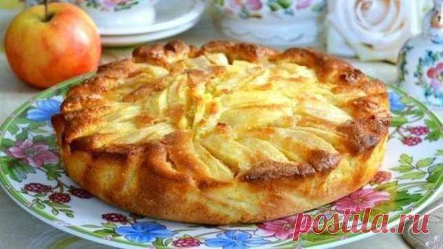 деревенский пирог с яблоками   У нас есть рецепт пирога, который готовится очень и очень просто!    Не зря он называется — деревенский. По своему составу он похож на шарлотку, но гораздо нежнее и вкуснее!    Вообще, яблочная выпечка считается одной из самых несложных и лакомых. Такой пирог всегда можно быстро сделать к чаю или внезапно пришедшим гостям, или даже сделать на праздник, украсив верх свежими ягодами, сахарной пудрой и уложив яблочные дольки в форме цветов!    Ингредиенты:  Мука пшени